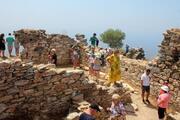 Antik kentte tarihe doyup, Kral Koyunda yorgunluk atıyorlar