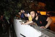 Mahalleli esrarengiz 2 kişi için ellerinde sopalarla nöbet tutuyor