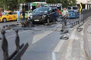 Beşiktaşta takla atan otomobilin motoru yola fırladı