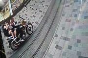 Taksimde motosiklet dehşeti Yardım bile etmeden kaçtı
