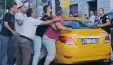 Taksiciyle yolcunun bıçaklı kavgası şoke etti!