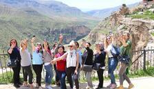 Turistlerden Delikli Taş'a yoğun ilgi