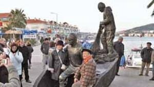 Foça'ya balıkçı heykeli