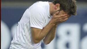 Futbolcu antrenörünün fotoğrafını tuvalette çekti