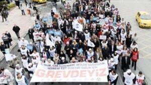 Sağlık çalışanları 'iş bırakma eylemi' başlattı, Bakan 'Marjinal grup' saydı