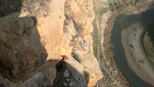 Kayalıkta mahsur kalan keçiyi AFAD ekibi kurtardı