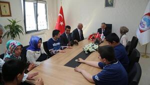 Otizmli çocuklardan Melikgazi Belediye Başkanı Büyükkılıç'a ziyaret