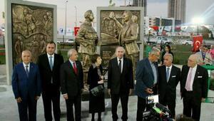 93 yıllık Çınara 9 Eylül Anıt Heykeli