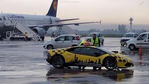 Havalimanında bir Lamborghini
