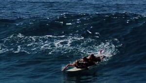 3 Adam 1 Sörf Tahtasında