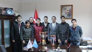 Atıcılık takımı sporcuları il müdürü Aydın'ı ziyaret etti