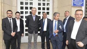 FETÖ duruşmasında uluslararası gözlemci sakız çiğnediği için salondan çıkarıldı