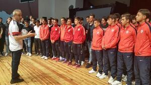 Maç kazanan futbolcular, Münaşaka oyununu izledi