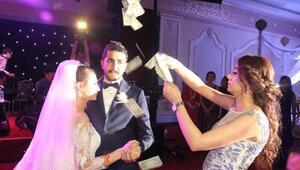 Şanlıurfada düğünde dolar yağmuru