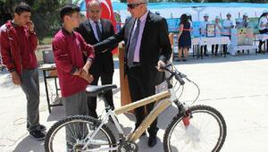Kitap okuyan öğrenciye bisiklet