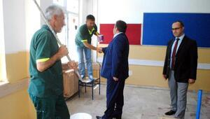 Okulların boya ve tamirini İyi halli mahkumlar yapıyor