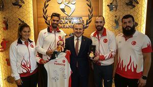 Bakan Bak milli atletleri kabul etti