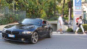 Ünlü yönetmenin spor otomobilini çaldılar... Kızlara laf atarken yakalandılar