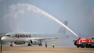 Katar uçağı su takı ile karşılandı