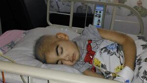 Berat kit odasında, babası hastane bahçesinde yaşam mücadelesi veriyor