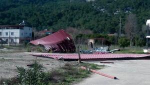 Antalyada kuvvetli fırtına ağaçları devirdi
