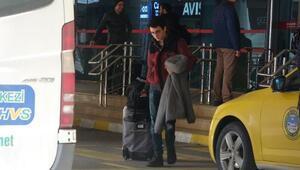 Pistten çıkan uçaktaki bagajlar yolculara teslim ediliyor