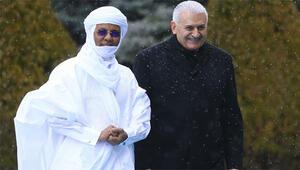 Başbakan karşıladı, kıyafetiyle dikkat çekti