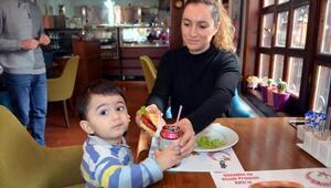 PKU hastası oğlundan etkilendi, bu hastalar için özel yiyecekler üretmeye başladı