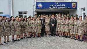 Asker kıyafetli kadın korosundan Mehmetçiğe marşlı destek