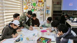 Çocuklar sokak sanatı Grafitiyi öğreniyor