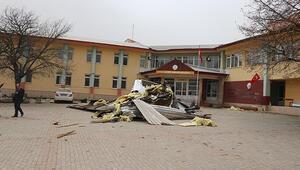 Boluda fırtına okulun çatısını uçurdu