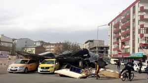 Erzurum, Iğdır ve Ağrıda fırtına çatıları uçurdu: 3 yaralı