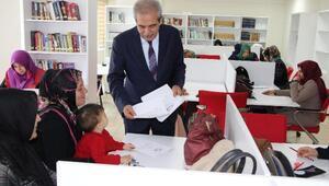 Haliliyede anneler çocuklarıyla okuyor