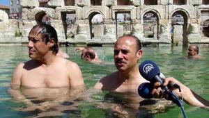 Vali tanıtım için havuzda yüzdü