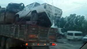 Hurda araç yüklü TIR trafikte tehlike saçtı