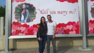 Romantik sevgili, billboardlara verdiği ilanla evlilik teklifinde bulundu