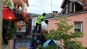 Dev maya tankı köyde iki ev arasına sıkıştı