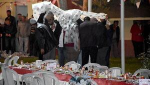 Yağmur altında poşetli iftar