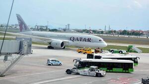 Tunuslu yolcu aprondaki bir uçağın iniş takımlarına çıktı