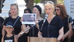Kadınlar, siyah kıyafetlerle çocuk istismarına tepki gösterdi