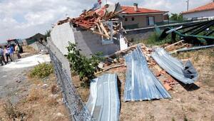 Balâda hortum çatıları uçurdu, ağaçları devirdi