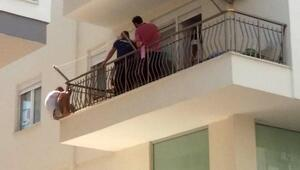 4üncü kattan kendisini boşluğa bıraktı, belindeki kemerden yakalandı