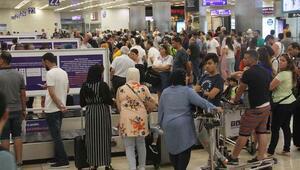 Atatürk Havalimanında tatil dönüşü yoğunluğu