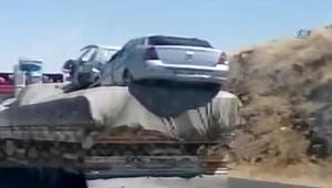 Üzerinde 2 hurda araç taşıyan kamyonun tehlikeli yolculuğu kamerada