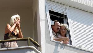 İstanbulda korkulu saatler... Camlarda ve balkonlarda yardım beklediler