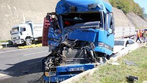 TIR, kamyon ve otomobilin karıştığı kazada, kavunlar yola düştü