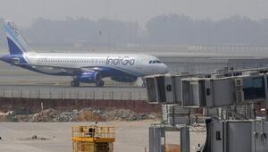 Hindistanda telefonunu şarj etmek için kokpite girmeye çalışan yolcu uçaktan atıldı