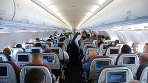 Telefonunu şarj etmek için kokpite girmeye çalışan yolcu uçaktan atıldı