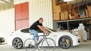 Milli bisikletçinin lüks otomobilini satışa çıkarıp, kapora istedi