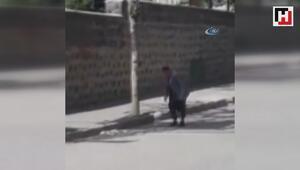 Yaşlı adamın topu öğrencilere ulaştırma çabası renkli görüntülere sahne oldu